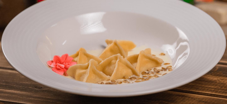 Десертные равиоли с сыром и изюмом в сливочном соусе