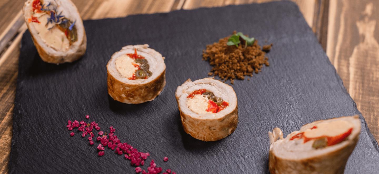 Рулет из индейки со стручковой фасолью, сладким перцем и каперсами